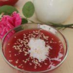 Rødgrød af solbær, blåbær, hindbær og jordbær