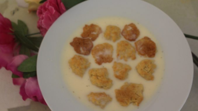 Hjemmelavet kærnemælkskoldskål med bagte kammerjunkere